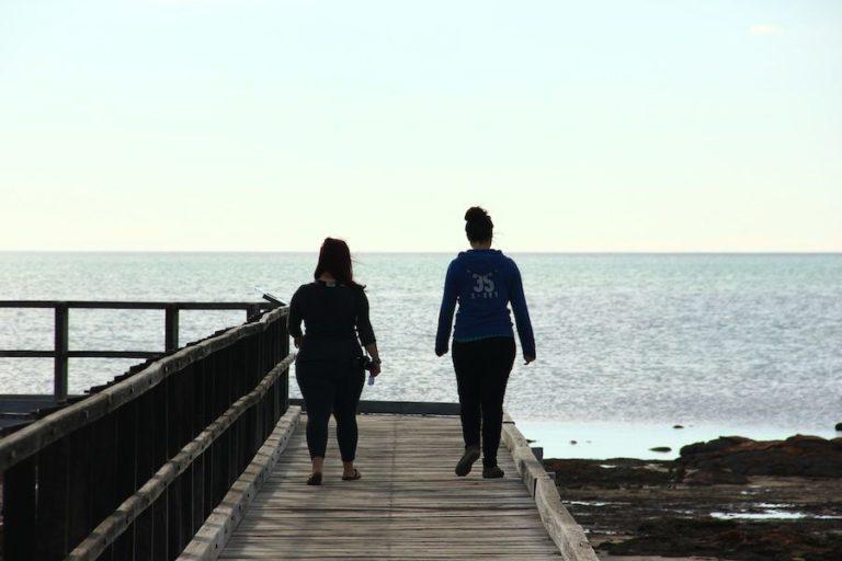 Deux personnes qui marchent de dos