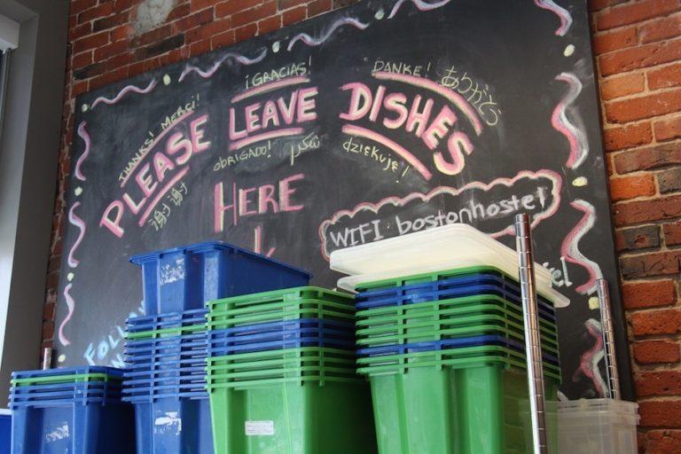 Vaisselle lavée par les employés HI Boston