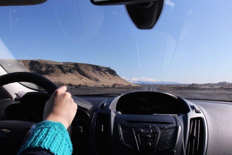 Voiture en Islande lors d'un roadtrip avec paysage