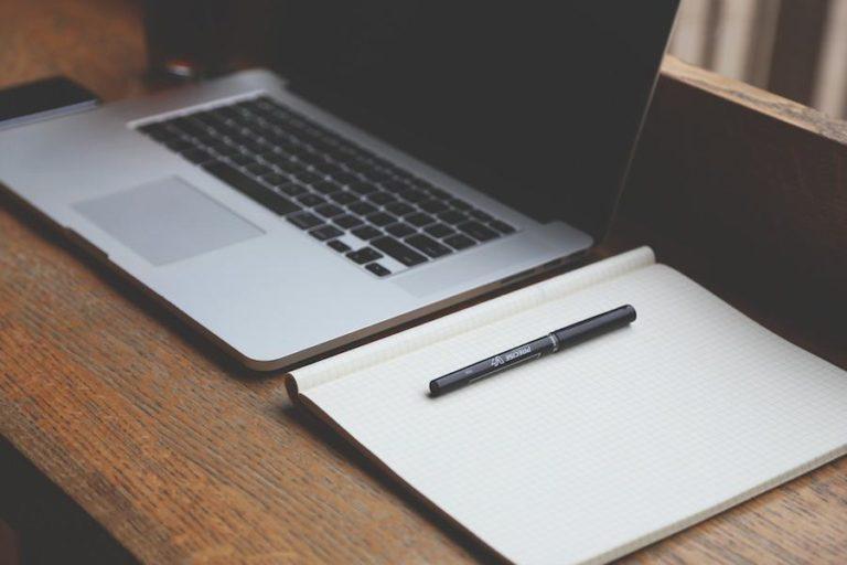 ordinateur et cahier de notes