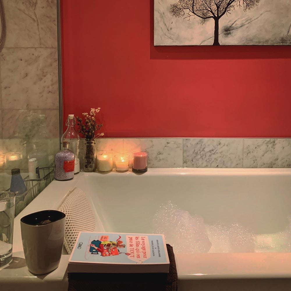 bain avec une tisane et des chandelles