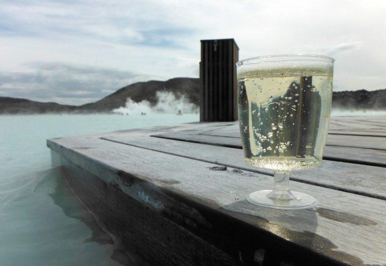 Verre de bulles au Blue Lagoon en Islande
