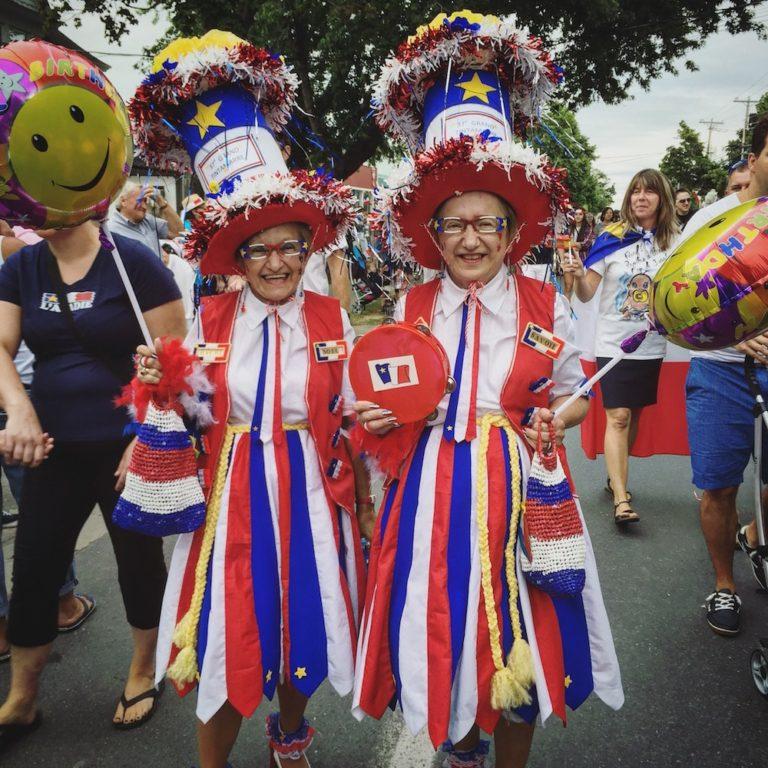 Deux dames déguisées au Grand Tintamarre