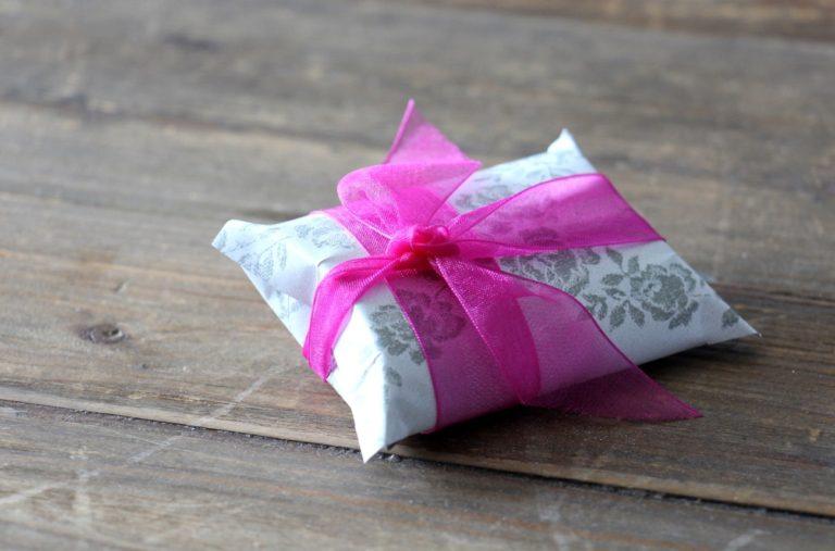 Emballage cadeau créé avec un rouleau de papier de toilette