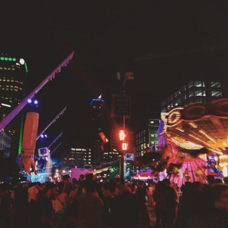 Quartier des spectacles en soirée