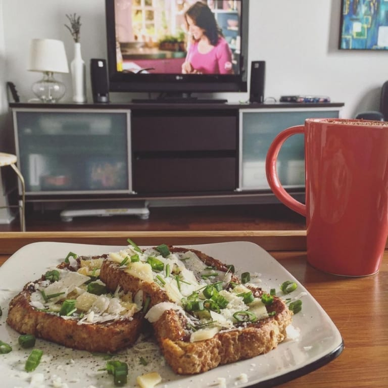 Brunch en regardant la télévision