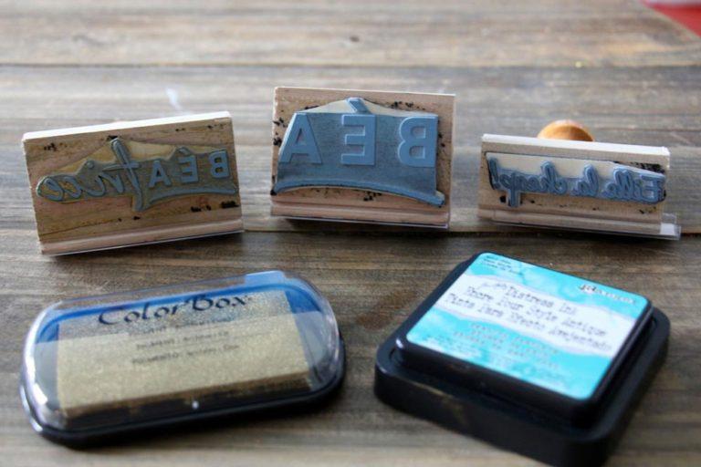 Différentes étampes et timbres d'encre
