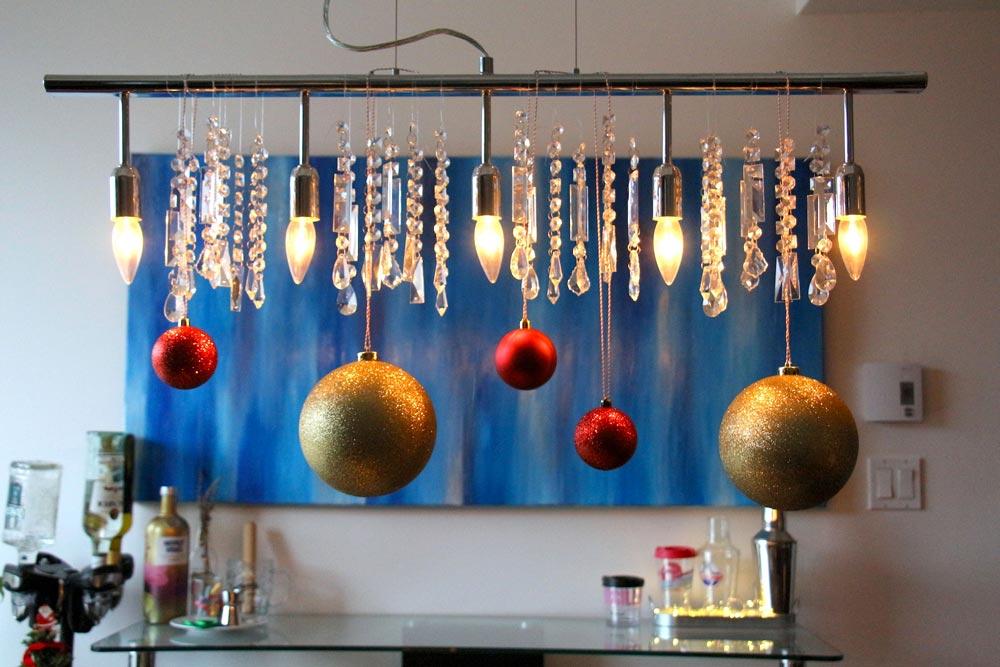 Boules de Noël accrochées à un luminaire