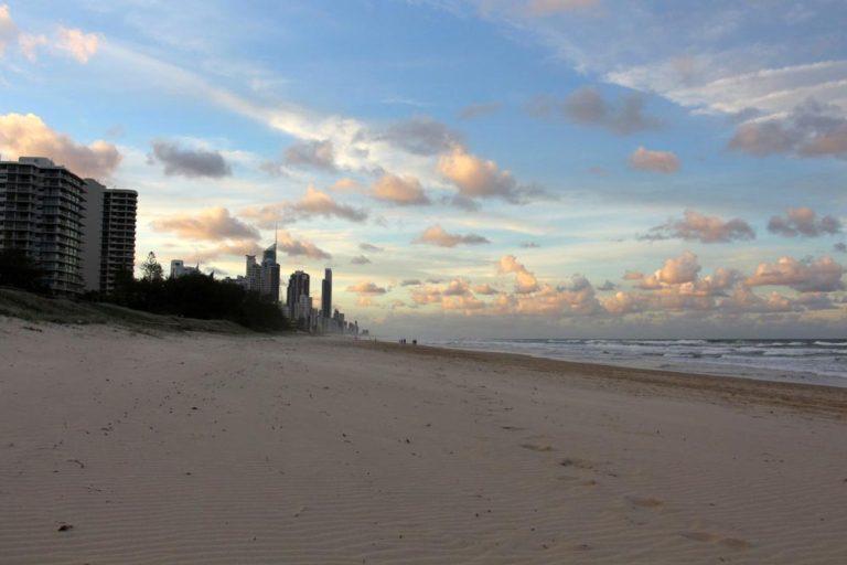 Plage à Broadbeach sur la Gold Coast, Australie