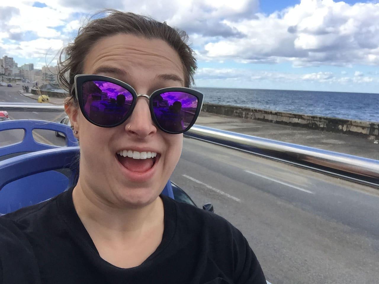 Moi dans l'autobus de touristes à La Havane