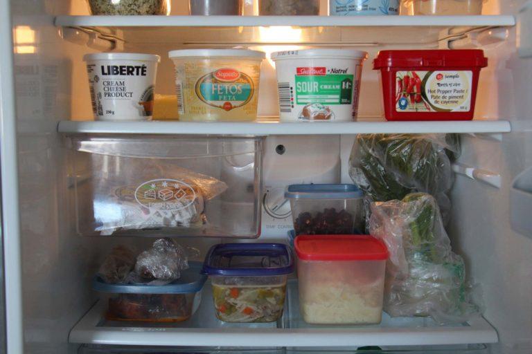 Aliments dans un frigo trucs de meal prep