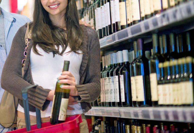 Femme qui achète du vin à l'épicerie