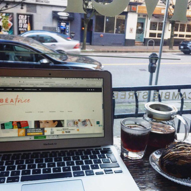 ordinateur dans un café à Vancouver