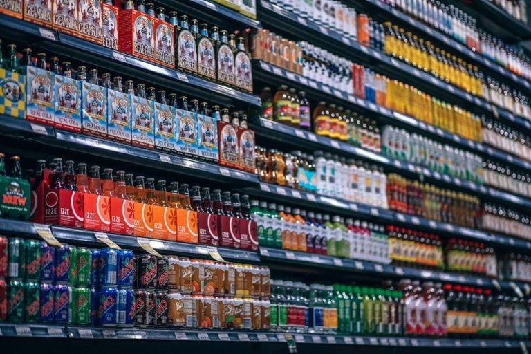 étallage d'épicerie pour vérifier le meilleur prix