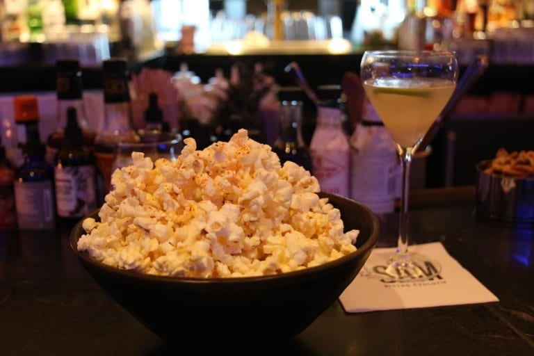 Popcorn et cocktail
