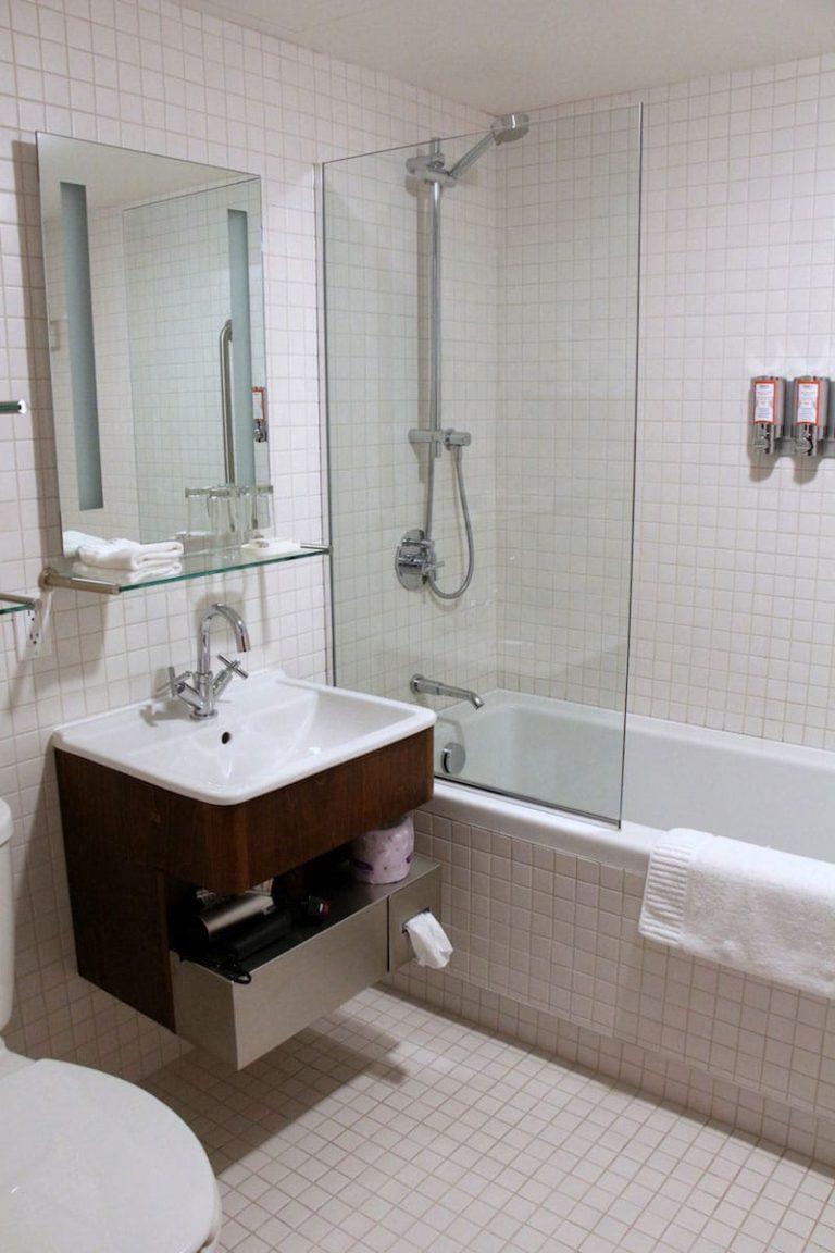 Salle de bain chambre contemporaine