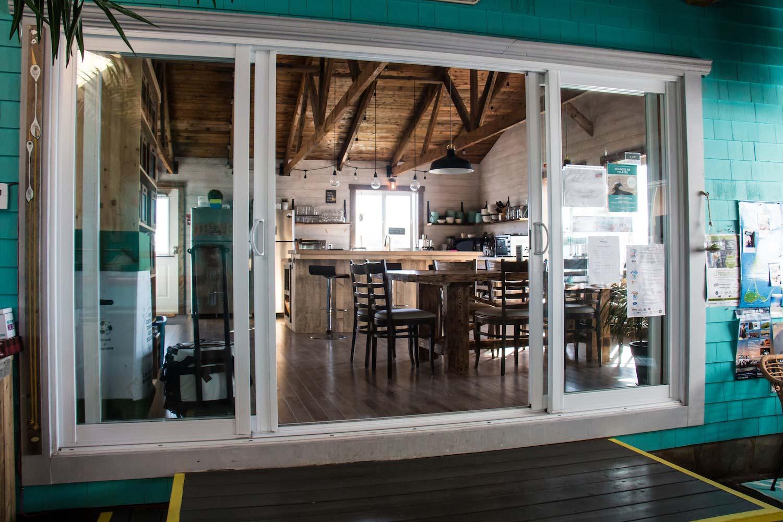 Vue cuisine de la salle commune Auberge Paradis Bleu