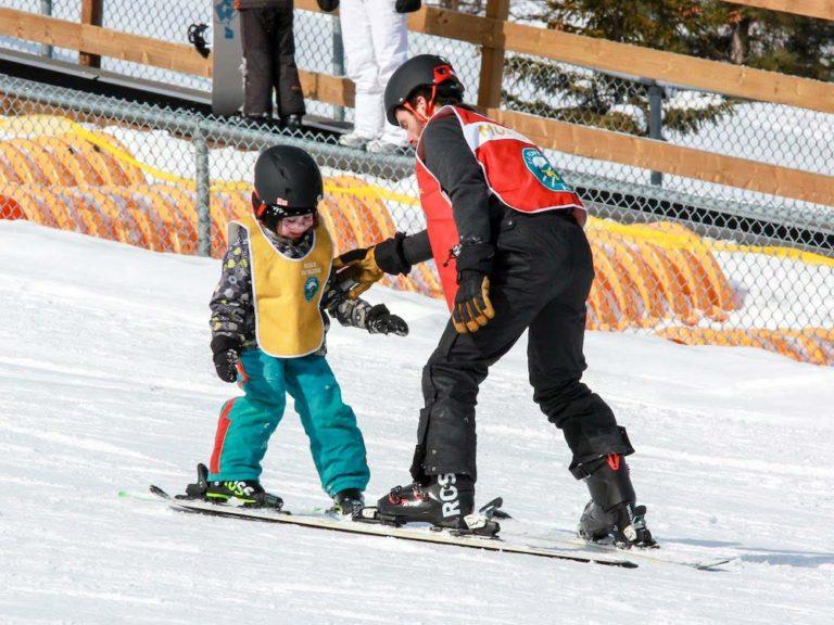 Enfant et enseignant à la Pente à neige