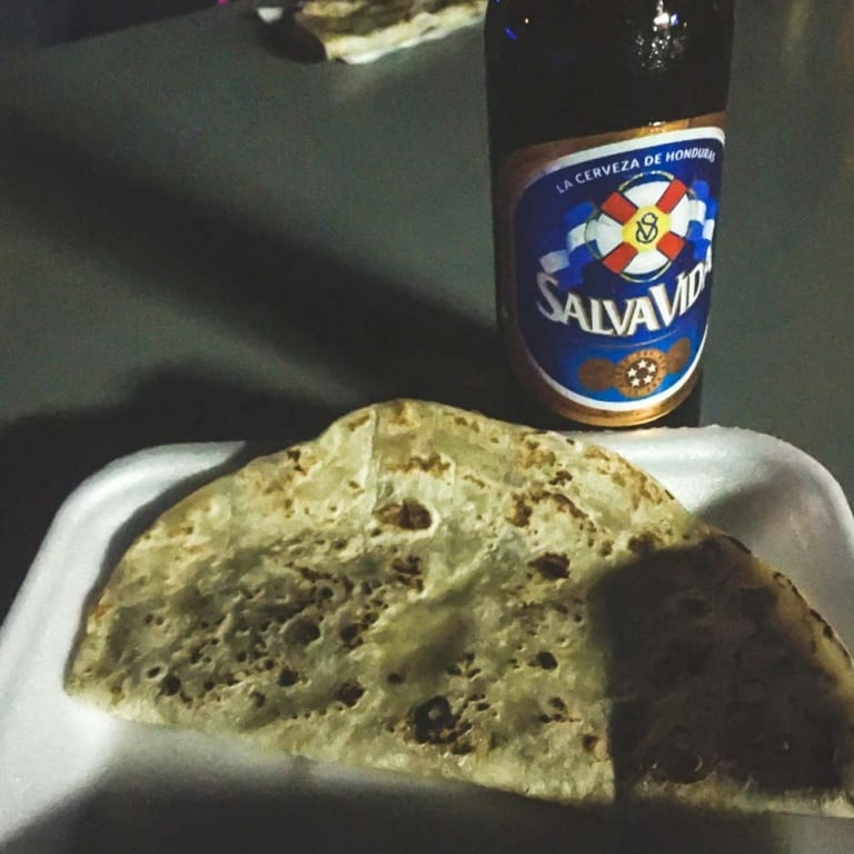 Baleada et bière au Booty Bar à West End