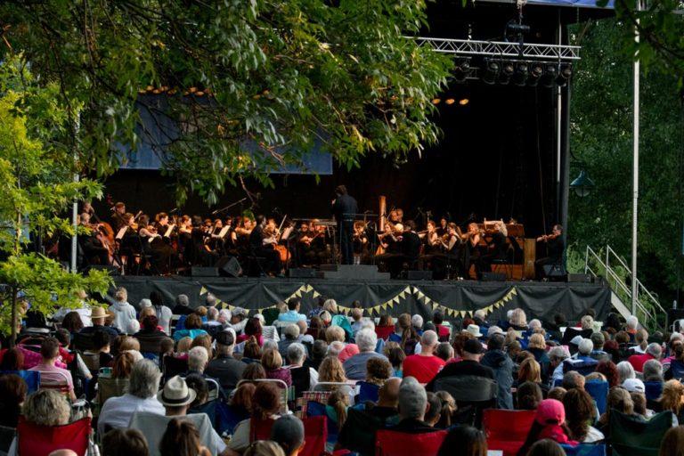 Orchestre symphonique de Laval en spectacle dans un parc