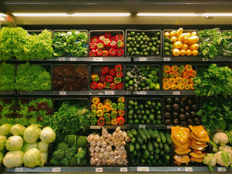 Fruits et légumes à l'épicerie