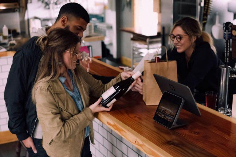 Couple qui fait un achat de vin
