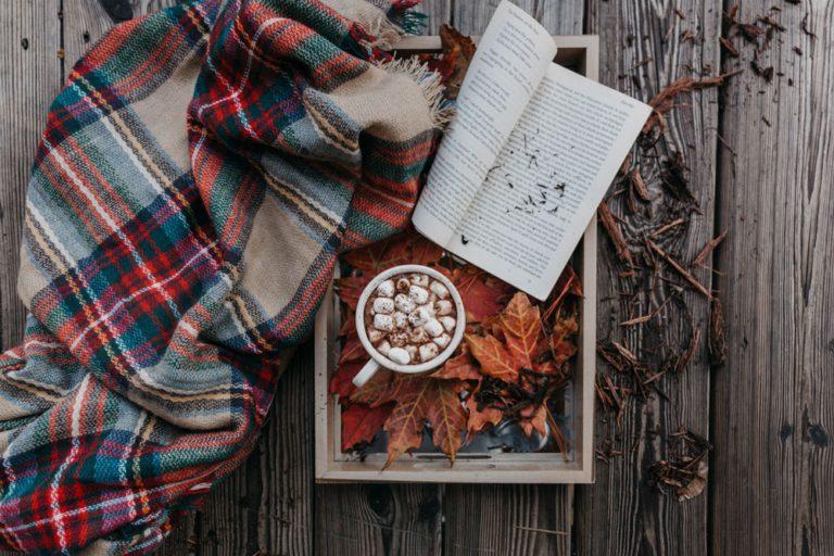 café et couverture décor automnal